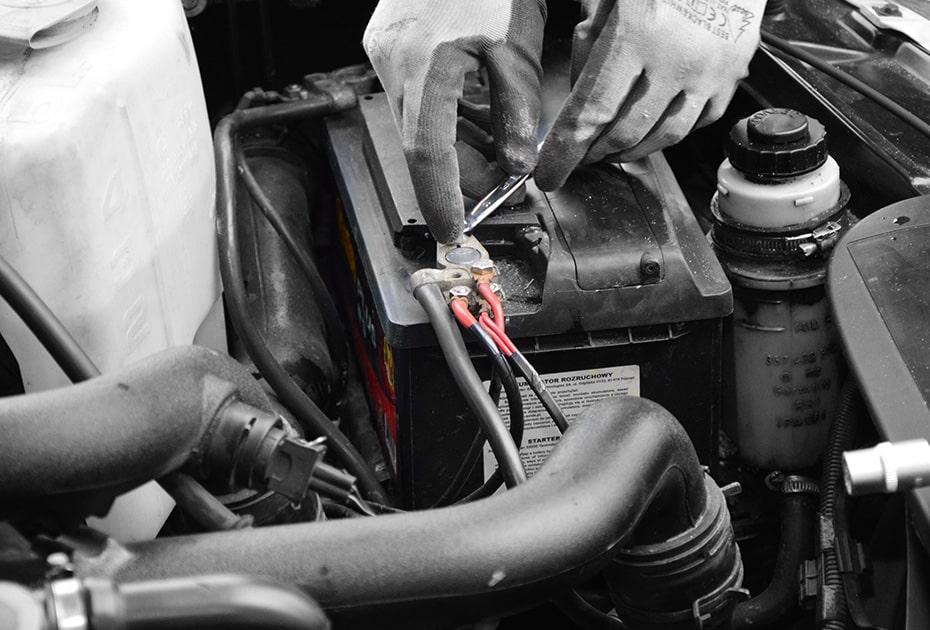Montaż klemy akumulatorowej w samochodzie